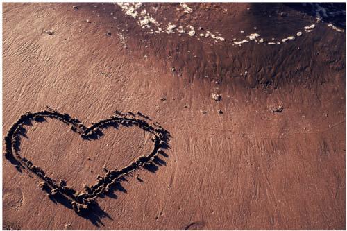 Imagen de amor de un corazon dibujado en la arena
