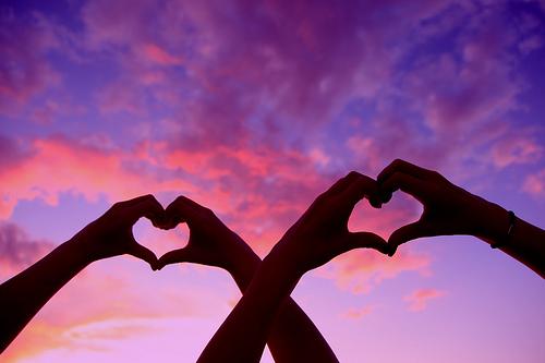 Nuestra tercera y última imagen de un corazón dibujado con las manos ...