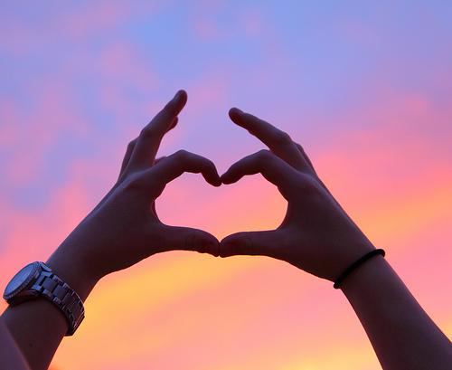 corazon dibujado con las manos