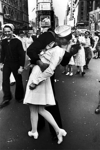 Alfred Eisenstaedt kiss beso www.antesydespues.com .ar  Imágenes tiernas de besos famosos