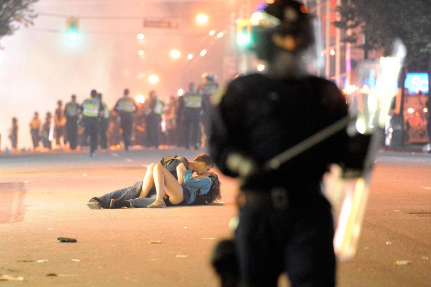 Vancouver riot kiss coupl 001 Imágenes tiernas de besos famosos