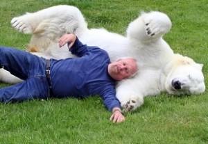 Animales en video hombre y oso polar 300x207 Imágenes de amistad entre humanos y animales