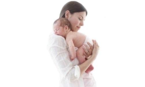 madre abrazando bebe Imagenes Tiernas de Mamas Abrazando Bebes