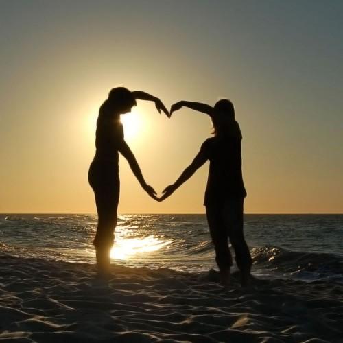 amor de parejas formando un corazon en la playa con el sol del atardecer 500x500 Playa de San Valentin