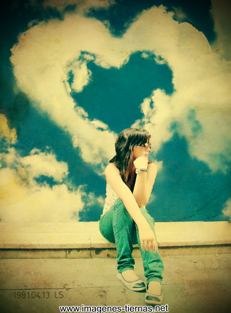 mujer enamorada pensando en amor