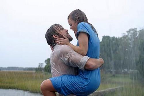 Beso bajo lluvia
