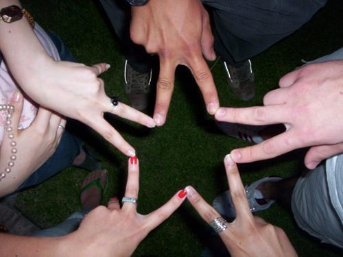 imagen de amistad haciendo una estrella con los dedos